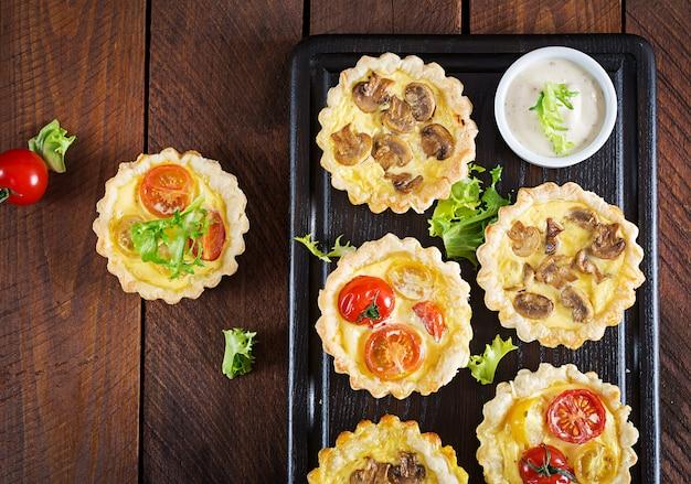 Champignons, Cheddar, Tartelettes De Tomates Sur Table En Bois. Photo Premium