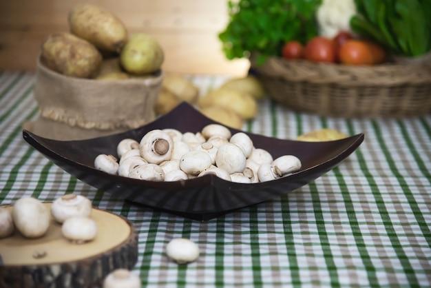 Champignons frais légume aux champignons dans la cuisine Photo gratuit