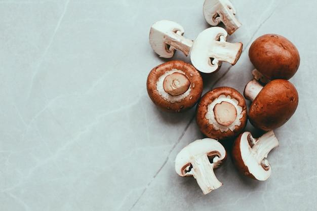 Champignons Frais Sur Table Blanche Vue De Dessus. Copiez L'espace. Concept Alimentaire Photo Premium