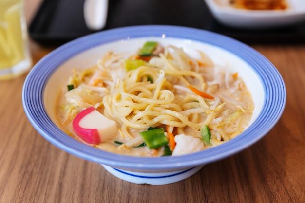 Champon ramen avec porc, crevettes, échalotes, chou, carotte, chou, maïs et kamaboko. Photo Premium