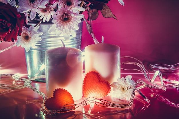 Chandelier coeur rouge et blanc avec ampoule Photo Premium