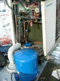 Changement de compresseur d'air conditionné Photo gratuit