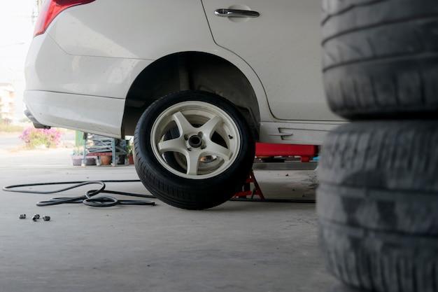 Changement de pneu de voiture pneus hors d'usage. Photo Premium
