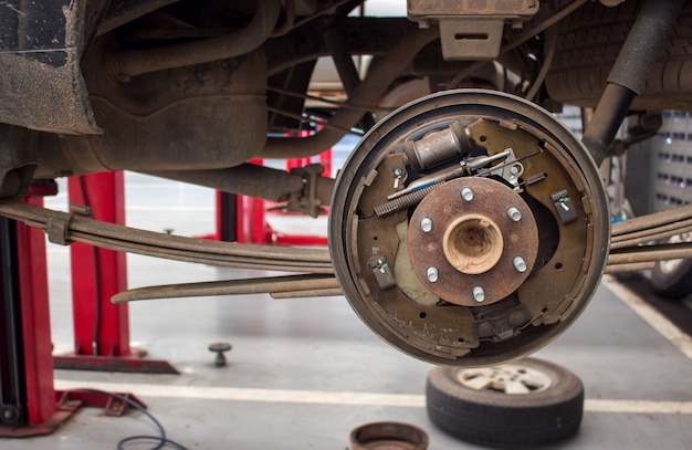 Changer les roues d'un garage Photo Premium