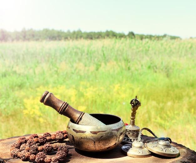 Chant d'un bol de cuivre et d'objets religieux Photo Premium