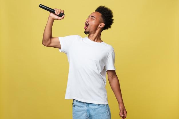 Chanteur afro-américain jouant avec un microphone. Photo Premium