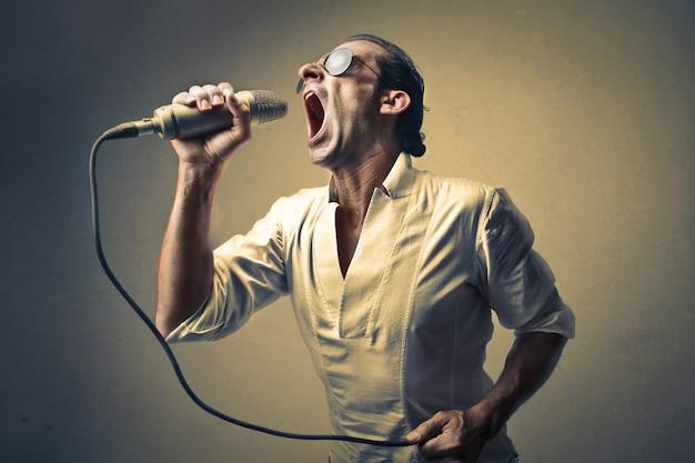 Chanteur chantant fort Photo Premium