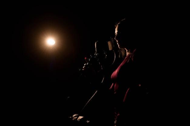 Le chanteur enregistre une chanson en studio de musique. Photo Premium