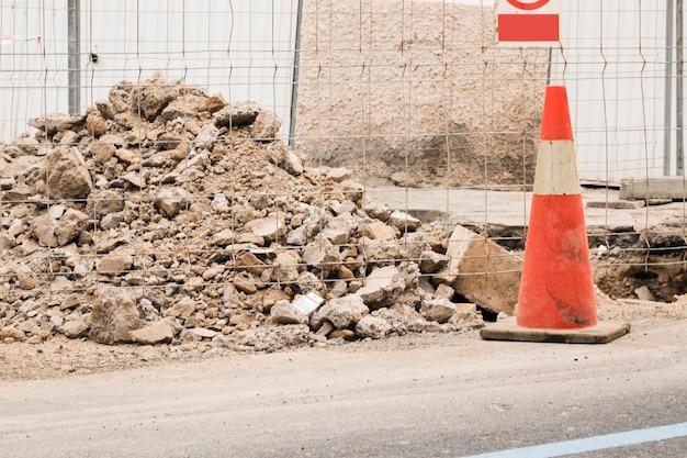 Chantier de construction avec cône de signalisation Photo gratuit