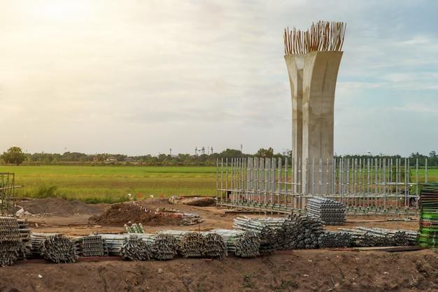Chantier de construction du pilier de l'espace de circulation et échafaudage de la structure, pôle d'infrastructure de l'autoroute Photo Premium
