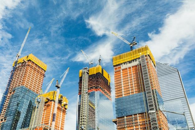 Chantier de construction de gratte-ciel pour des bâtiments modernes à new york Photo Premium