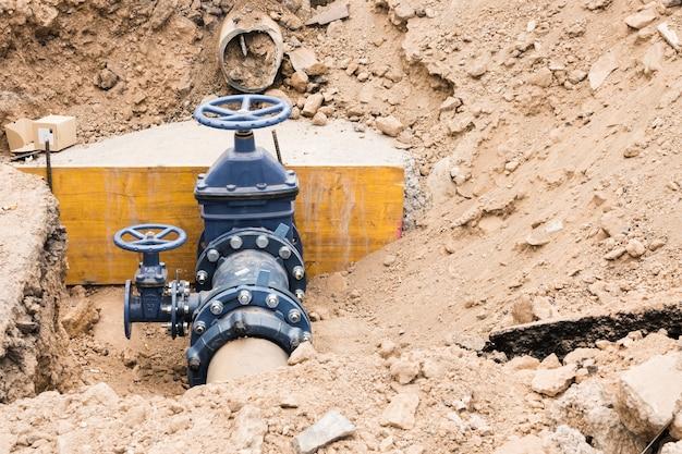 Chantier de construction avec vannes de conduite d'eau Photo gratuit