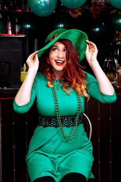Chapeau, chapeau, carnaval, fille, bière, cocktail, vert, vêtements, chapeau, sourire, beau, lutin Photo Premium