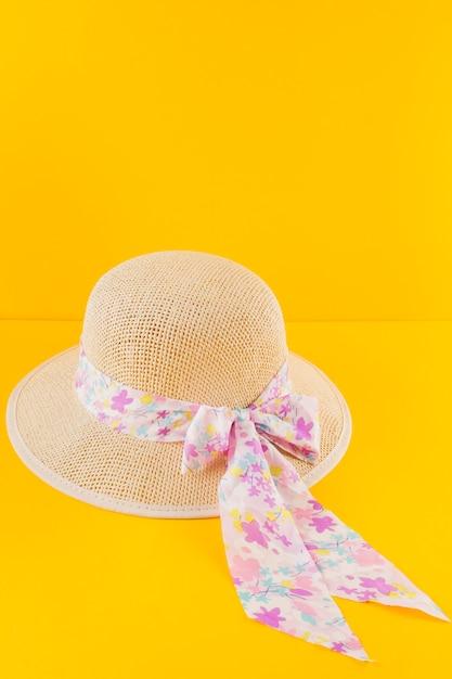 Chapeau décoratif sur fond jaune Photo gratuit