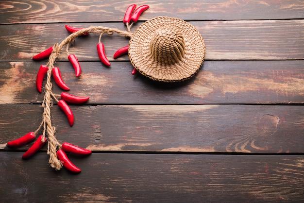 Chapeau décoratif et piment Photo gratuit