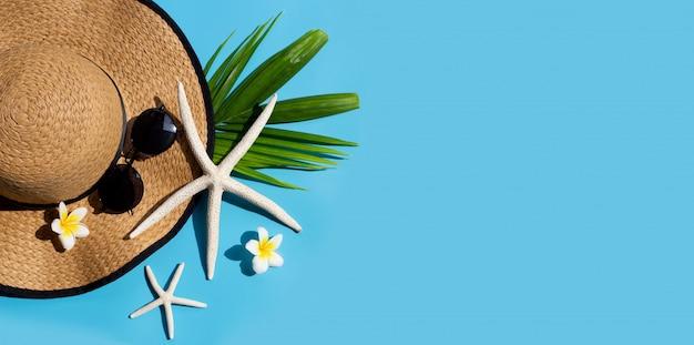 Chapeau D'été Avec Des Lunettes De Soleil Sur Fond Bleu. Profitez Du Concept De Vacances. Copier L'espace Photo Premium