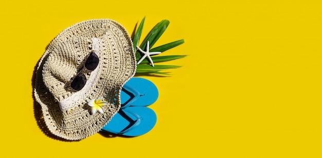 Chapeau D'été Avec Des Lunettes De Soleil Sur Fond Jaune. Profitez Du Concept De Vacances. Photo Premium