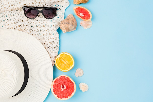 Chapeau d'été et lunettes de soleil près des fruits et des coquillages Photo gratuit