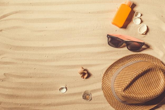 Chapeau D'été Mis Sur La Plage De Sable Tropicale Photo Premium