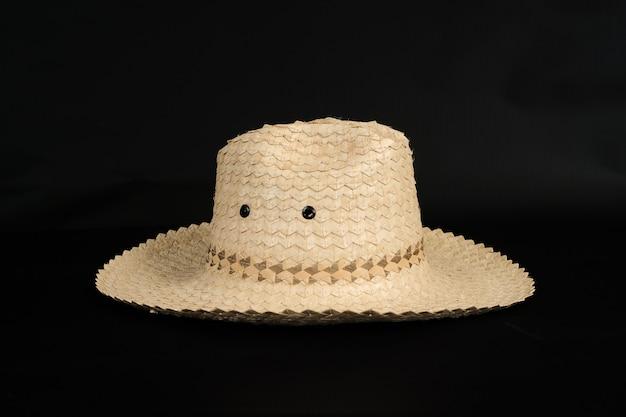 Chapeau fabriqué à la main en bois de bambou sur fond. Photo Premium