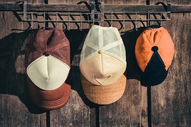 Chapeau de famille accroché au mur en bois Photo Premium