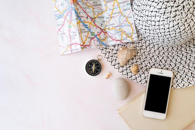 Chapeau femme avec accessoires de voyage et carte Photo gratuit