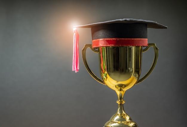 Chapeau de graduation avec trophée d'or Photo Premium