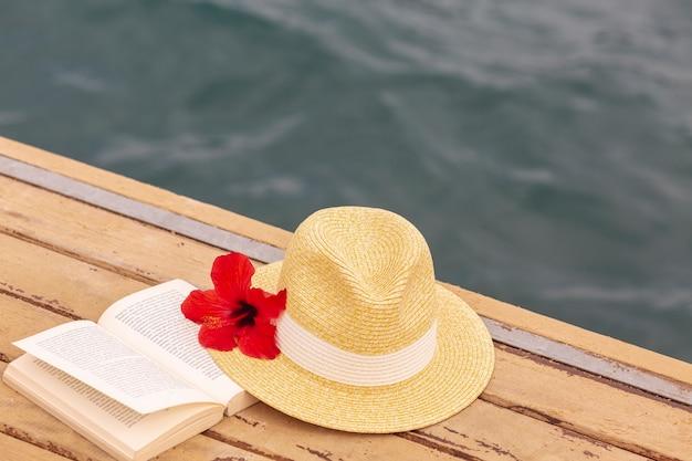 Chapeau Et Livre Sur Le Quai Photo gratuit