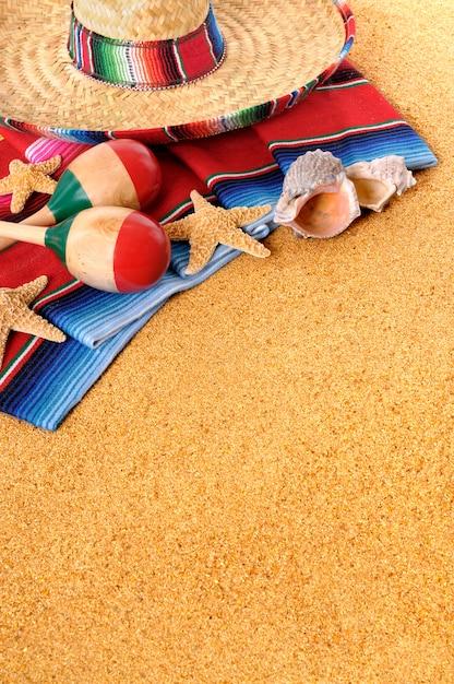 Chapeau mexicain et maracas sur la plage Photo gratuit
