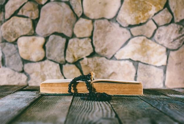 Chapelet Avec Un Crucifix Sur Un Vieux Livre Ouvert Photo Premium