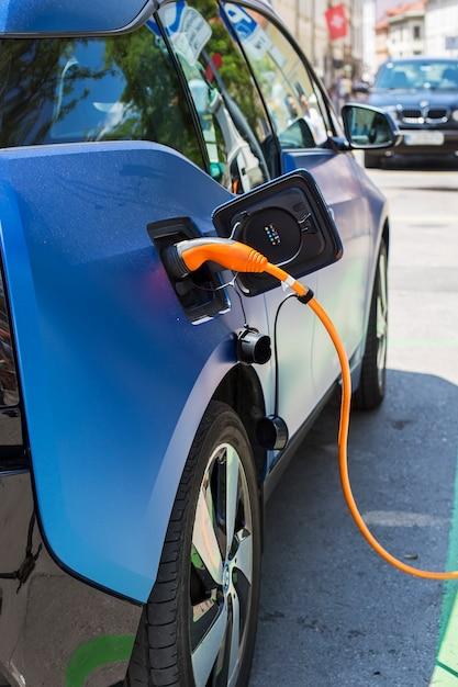 Charge d'une voiture électrique Photo Premium
