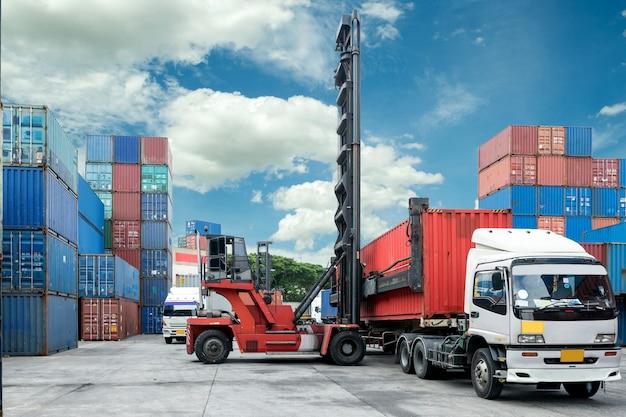 Chargement de la boîte de conteneur de chariot élévateur au camion dans le dépôt Photo Premium