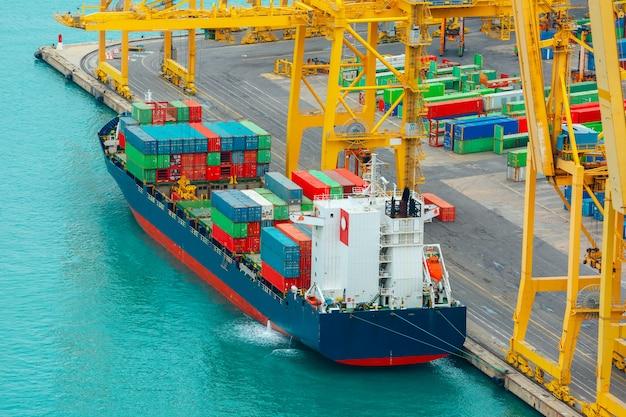 Chargement De Conteneurs Sur Un Cargo Maritime, Barcelone Photo Premium