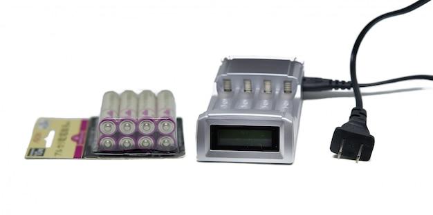 Chargeur De Batterie Avec Pack De Batteries Rechargeables Sur Fond Blanc Isolé Photo Premium