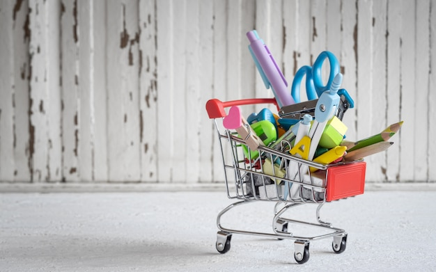 Chariot avec articles de papeterie et fournitures scolaires Photo Premium