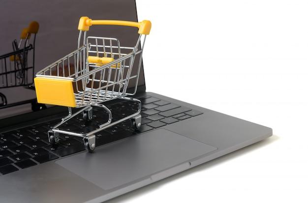 Chariot sur un clavier d'ordinateur portable isolé sur blanc Photo Premium