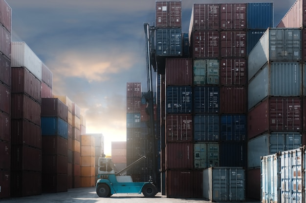 Chariot élévateur, conteneur cargo, dans, cour d'expédition Photo Premium