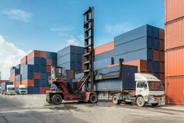 Chariot élévateur manutention conteneur boîte chargement à quai avec camion pour concept logistique import export. Photo Premium
