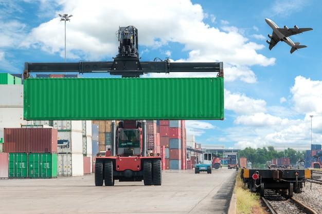 Chariot élévateur pour manutention de conteneurs dans un train de marchandises Photo Premium