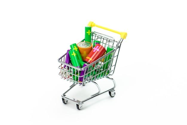 Chariot à Jouets De Supermarché Plein De Batteries Colorées Isolated On White Photo Premium