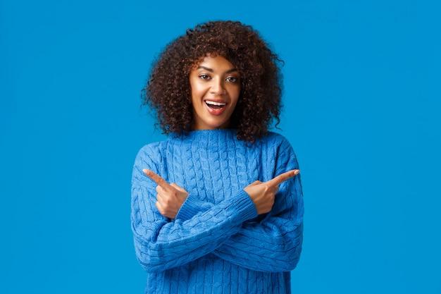 Charismatique Souriante Heureuse Femme Afro Americaine Avec Coupe De Cheveux Afro Pointant Les Doigts Vers La