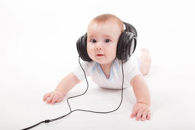 Charmant Bébé Sur Fond Blanc Avec Un Casque D'écoute Photo Premium