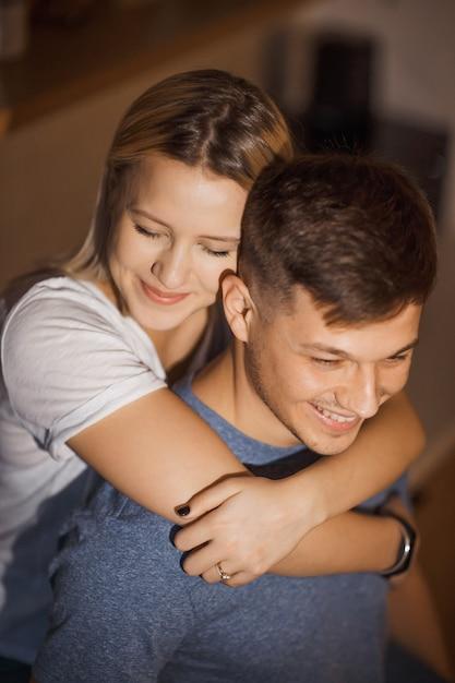 Charmant Couple Caucasien Embrassant Dans La Cuisine, Passer Du Temps Ensemble Photo Premium