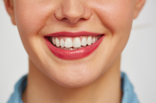 Charmant sourire de jeune femme Photo gratuit