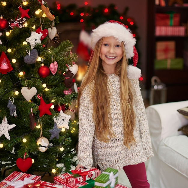 Charmante Fille à Côté De L'arbre De Noël Photo gratuit