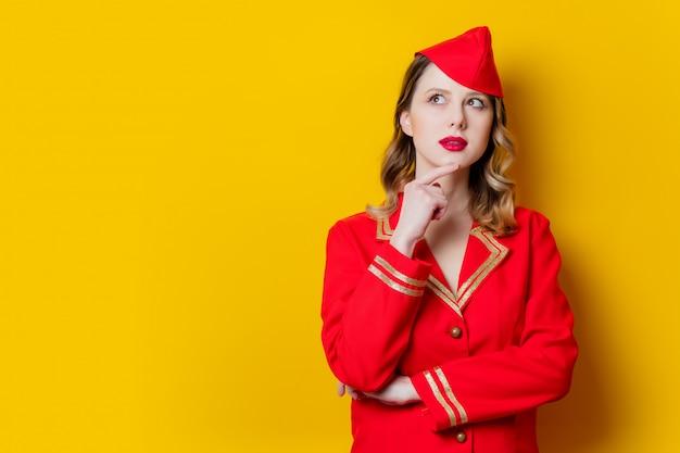 Charmante hôtesse vintage vêtue de l'uniforme rouge Photo Premium