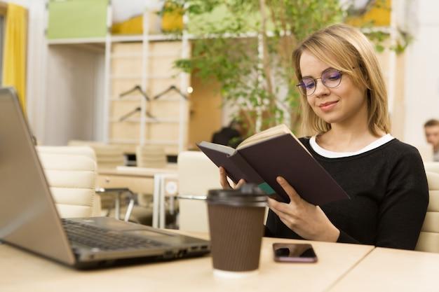 Charmante jeune femme d'affaires travaillant au bureau Photo Premium