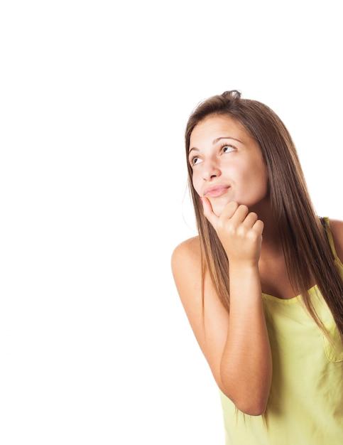 Charmante jeune femme rêvant et levant les yeux Photo gratuit