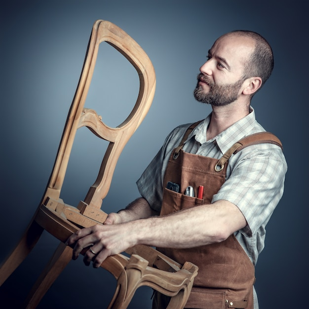 Charpentier avec chaise Photo Premium
