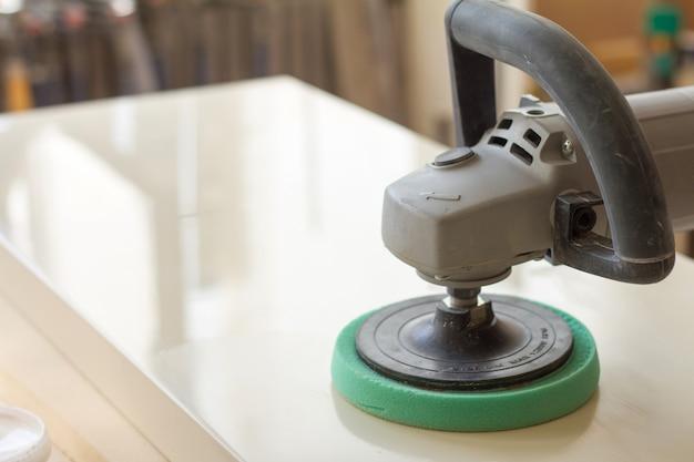 Charpentier Polit La Surface De La Façade Avant D'assembler Des Meubles Dans Un Atelier De Menuiserie Flou Photo Premium
